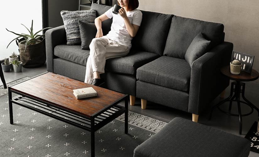 The detachable cushion and ottoman allow you to easily change the sofa's layout to suit your needs.