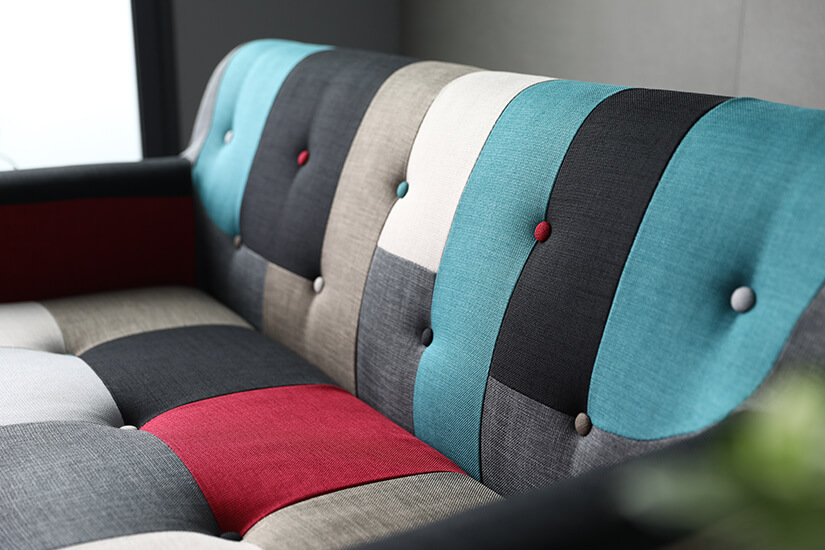 Backrest and seats come with with button tufting. Rounded edges. Eye-catching combination.