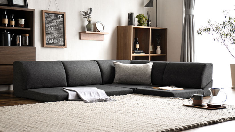 Since the low sofa has a low line of sight, the ceiling feels high, and the space can be seen wide.