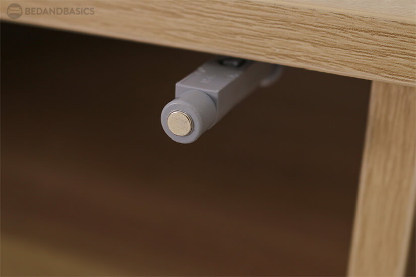 Comes with a push latch mechanism for the closed cabinet.