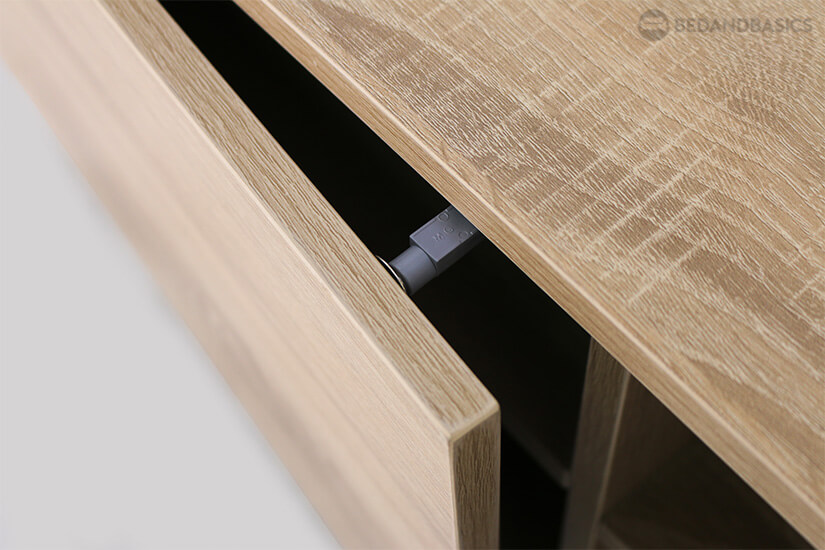 The cabinet doors can open and close smoothly and effortlessly.