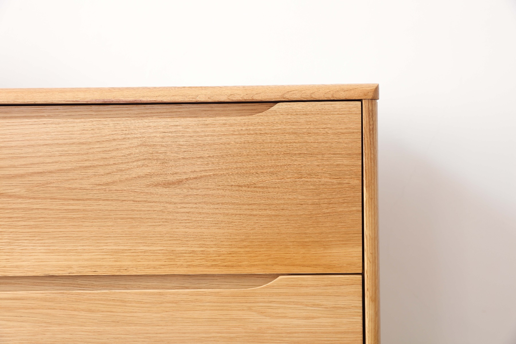 Inset drawer handles, and again these beautiful grain textures.