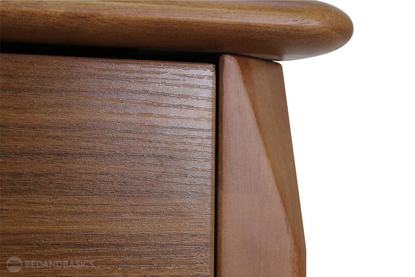 Details of the curves and edges on the shoe cabinet. Exudes a unique design.
