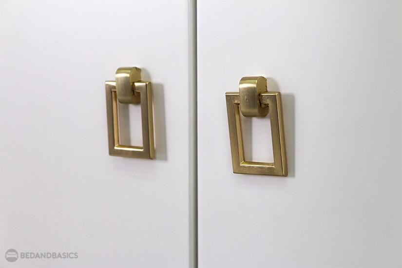 Golden rectangular cabinet handles add a unique modern look.