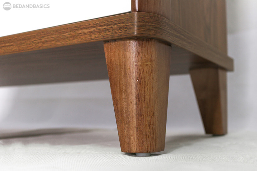 Tapered legs support the shoe cabinet sturdily.